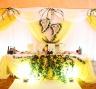 Оформление стола молодоженов на лимонной свадьбе