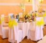 Оформление стульев на свадьбе в лимонном стиле