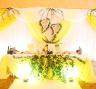 Декор стола молодоженов на свадьбе в лимонном стиле