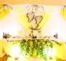 Украшение стола молодоженов на свадьбе в лимонном стиле