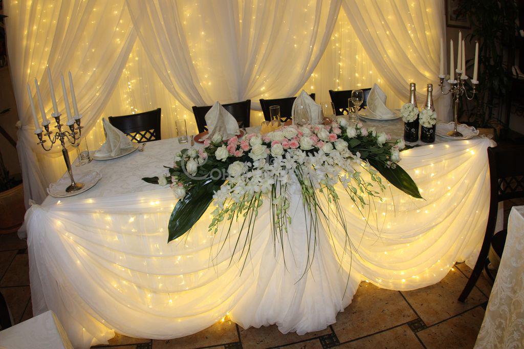 Оформление свадебного стола с подсветкой гирляндами