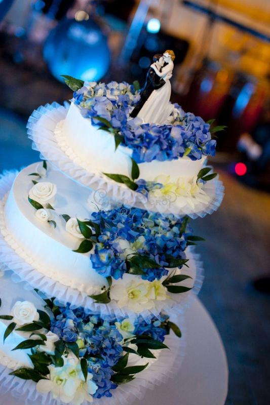 Украшение свадебного торта живыми цветами
