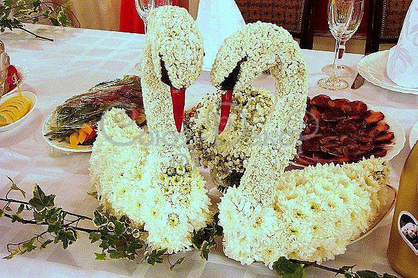 Украшение из цветов на свадьбе - композиция лебеди
