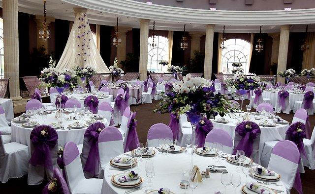 Украшение живыми цветами зала на свадьбе