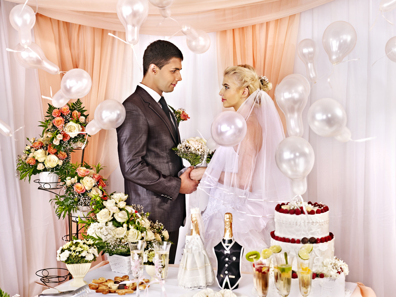 Как сидят на свадьбе жених и невеста за столом