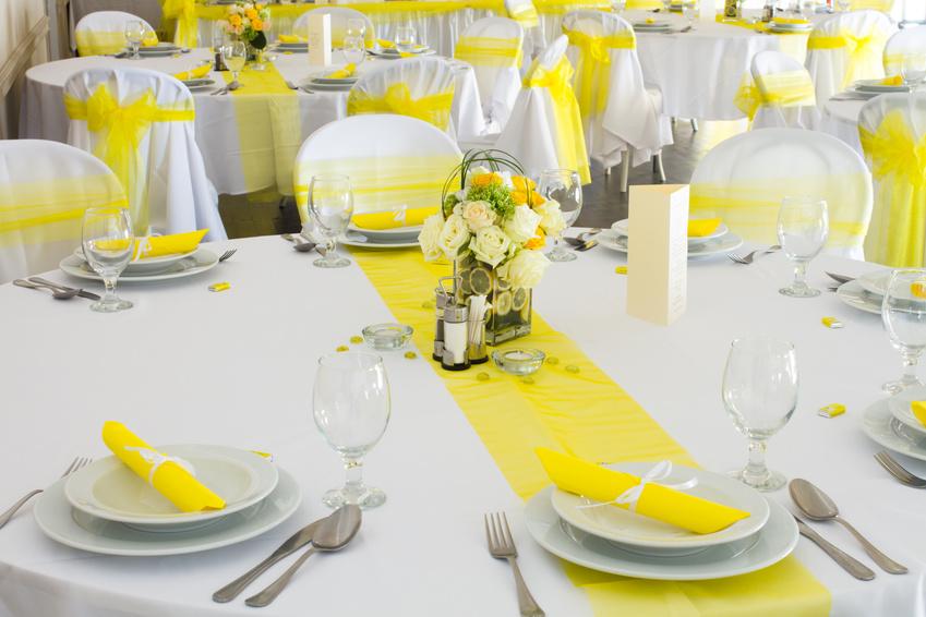 Как сделать композицию из цветов на свадебный стол видео