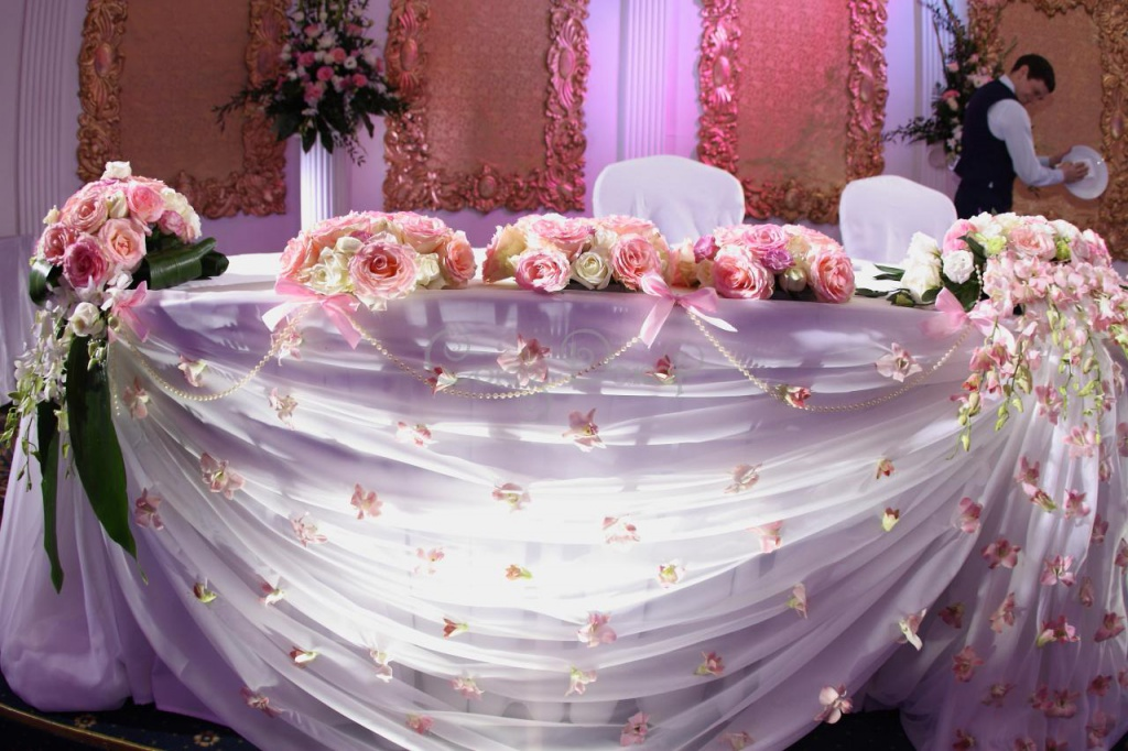 Украшение свадебного президиума молодоженов тканью и цветами