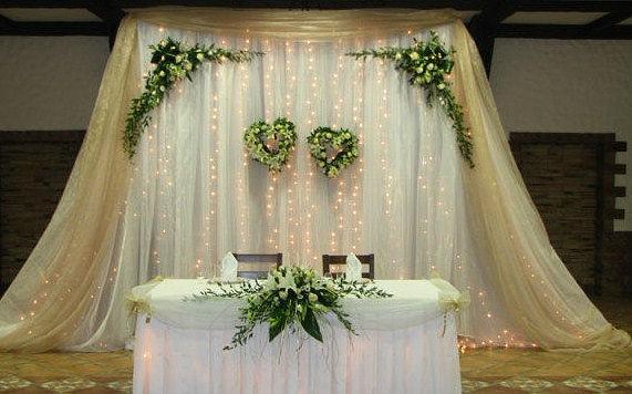 Украшение президиума молодоженов на свадьбе