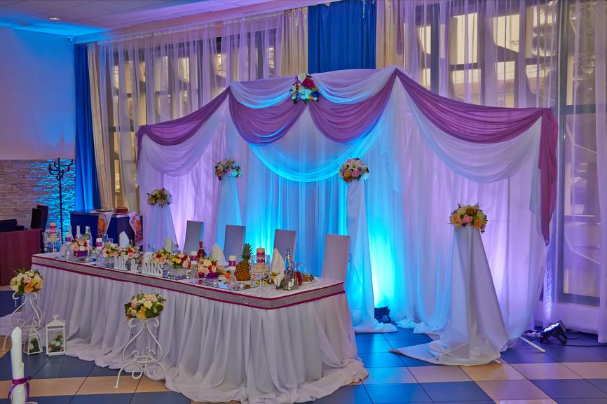 Украшение задника свадебного стола подсветкой