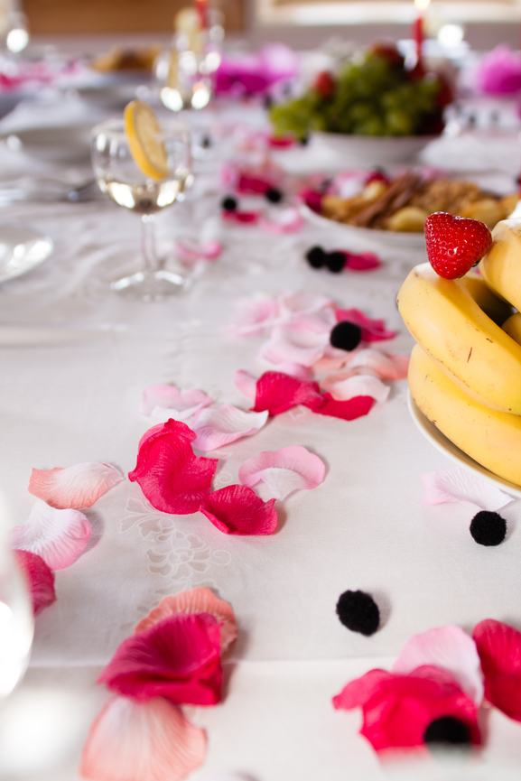 Украшения свадебного стола лепестками роз